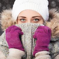 Zima snijeg šal kapa rukavice hladnoća shutterstock 245311495