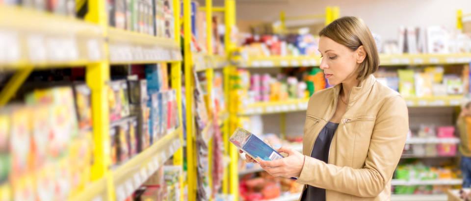 čitanje deklaracije žena trgovina shopping deklaracija prehrambeni proizvod shutterstock 264893255
