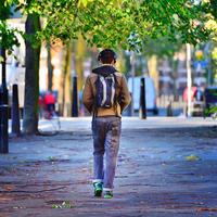 Dečko hodanje šetnja