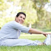 zena-starija-vjezbanje-istezanje-trening-proljece-trcanje