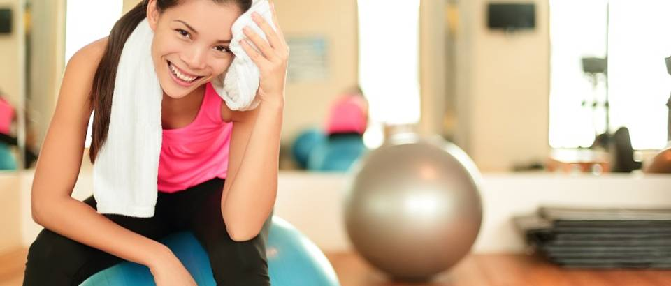 Vježbanje žena pilates lopta vrućina znoj