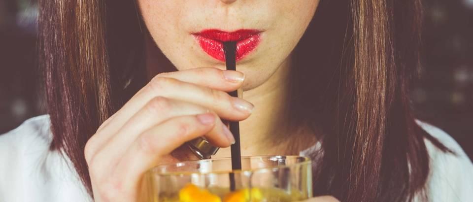 Piće slamka djevojka
