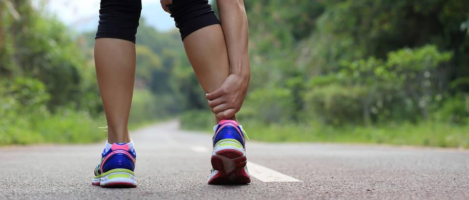 Bol u nogama žena trčanje shutterstock 273355676