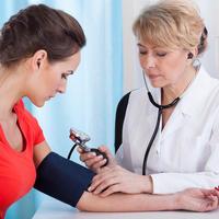 Krvni tlak mjerenje doktorica djevojka žena shutterstock 194184506