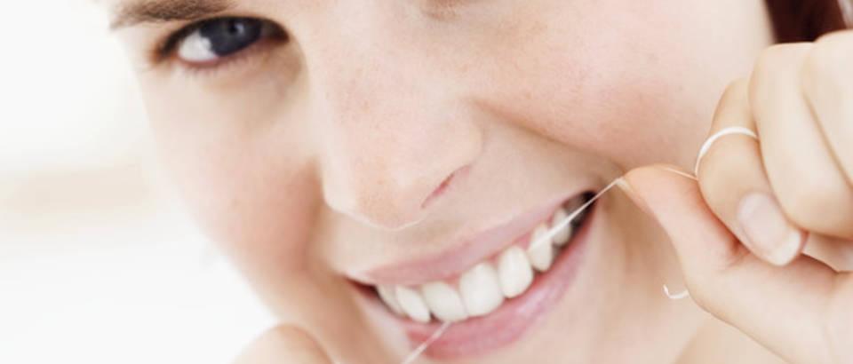 zena-njega-zubi-zubni-konac
