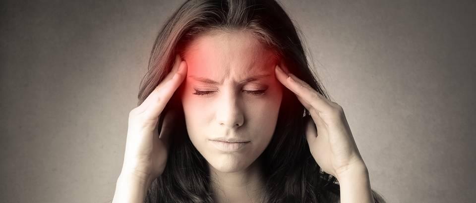 Migrena glavobolja žena djevojka shutterstock 278415368 (1)