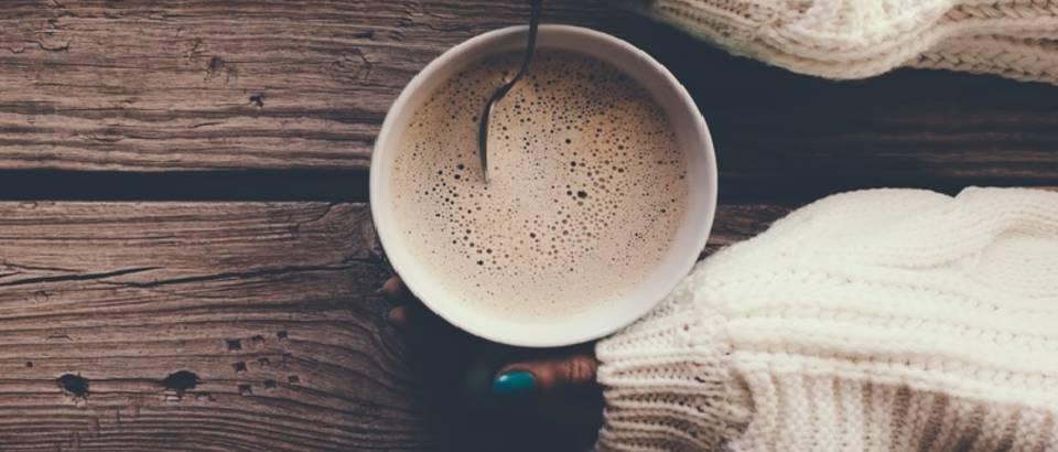 Topli napitci čaj kava kakao ruke shutterstock1 478413721