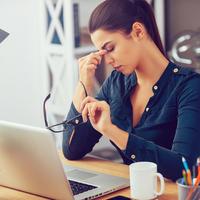 glavobolja, zena na radnom mjestu, Shutterstock 345961085 (1)