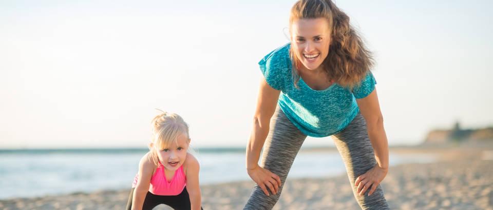 Vježbanje mama i kći sreća ljeto plaža shutterstock 268731482