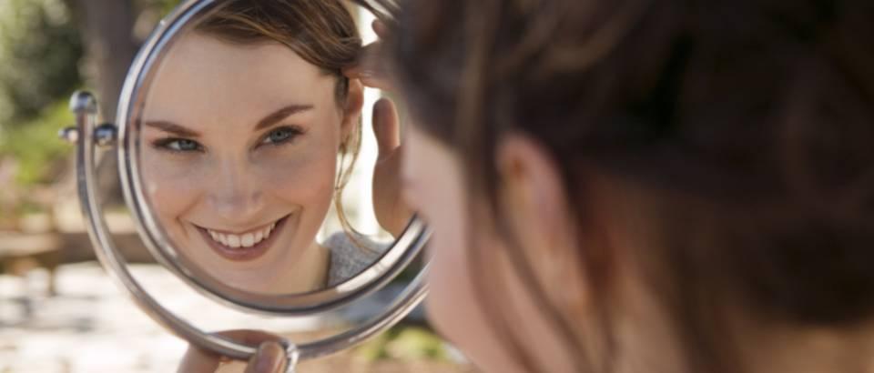 akne, ogledalo, zena
