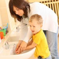 ruke pranje mama sin