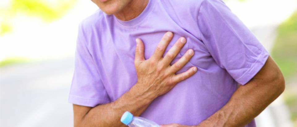 muskarac-vjezbanje-srcani-udar-bol-prsa-stariji-umor