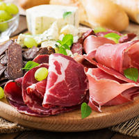 šunka meso suhomesnati proizvodi sir grožđe shutterstock 331384511