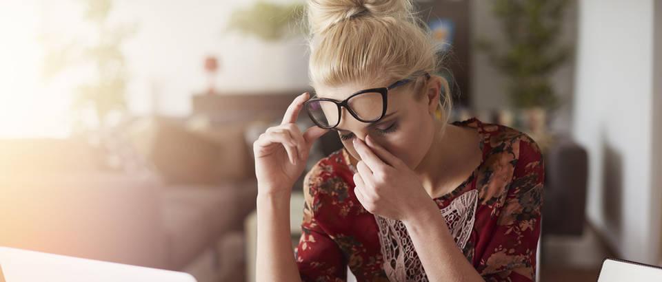 Glavobolja posao vrtoglavica naočale djevojka shutterstock 428542837