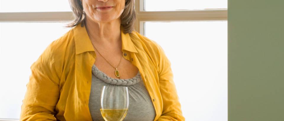 starija zena, vino