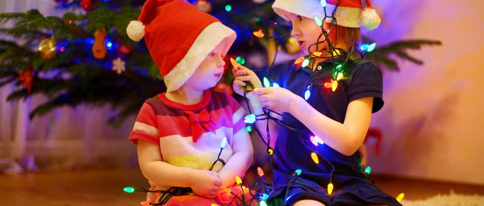 Lampice djeca sestre igranje božić blagdani shutterstock 168247409