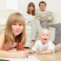 Obitelj, roditelji, djeca, igranje, crtanje, olovka