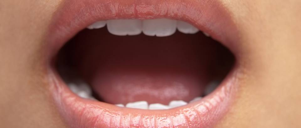 Usta usne zena