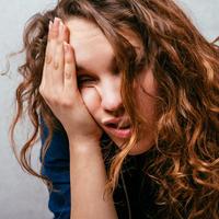 Glavobolja nezdrav bolest žena djevojka shutterstock 287301359