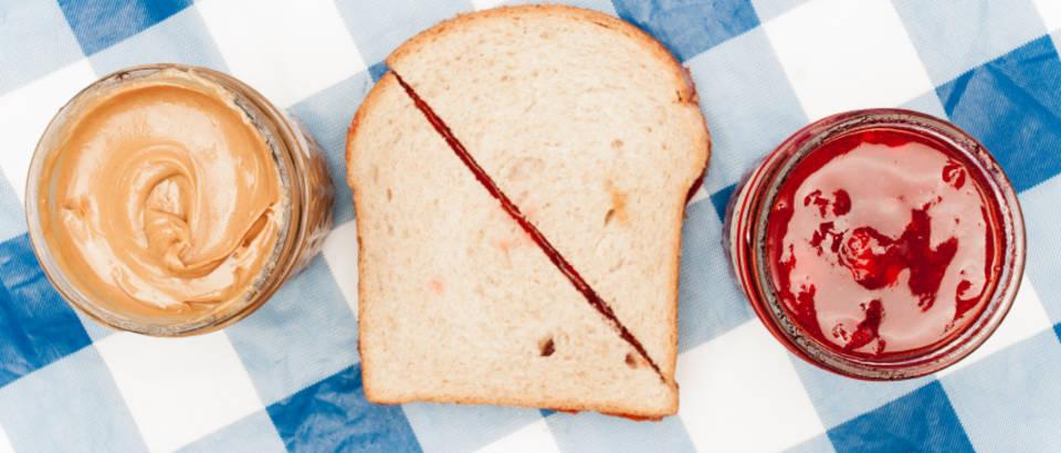 dorucak-kruh-namaz-maslac-od-kikiriki-pekmez-sendvic