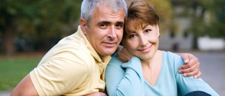 par, stariji par, sreca, veza, zagrljaj