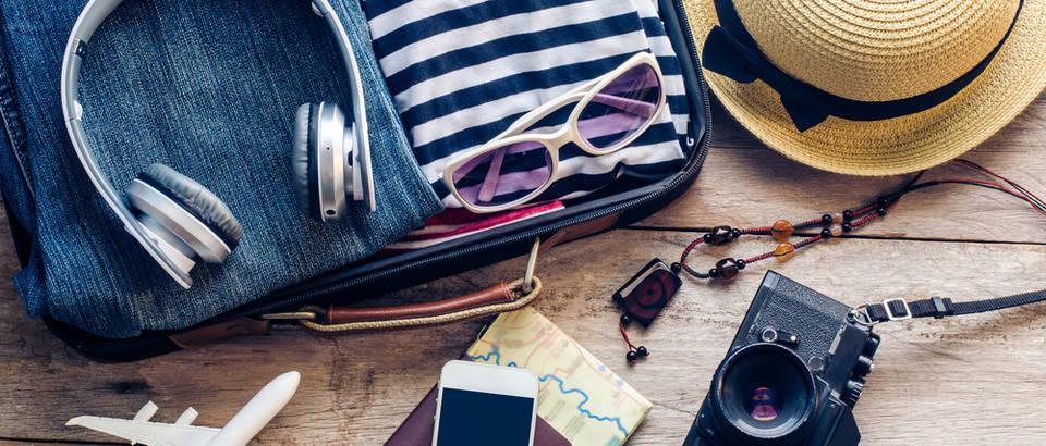 Putovanje stvari kofer sunčane naočale odmor shutterstock 374838787