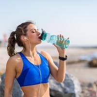 Voda žeđ žena ljeto plaža sport trčanje boca slušalice glazba shutterstock 434900977