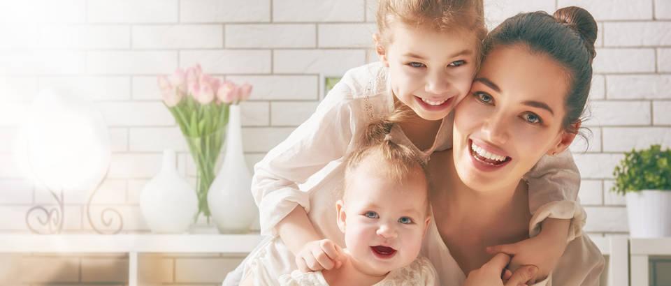 Majčin dan majka djeca obitelj kćer dijete beba shutterstock 400379908