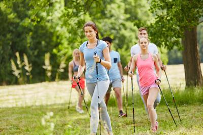 Tražite aktivnost koja smanjuje opterećenje na kralježnicu i zglobove? Pokušajte s nordijskim hodanjem