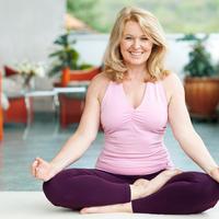 Joga joga kod kuće žena starija žena shutterstock 99908189