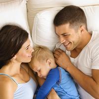 dijete u roditeljskom krevetu