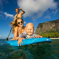 Obitelj SUP veslanje na dasci ljeto more rekreacija