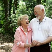 stariji par, penzioneri, setnja, priroda