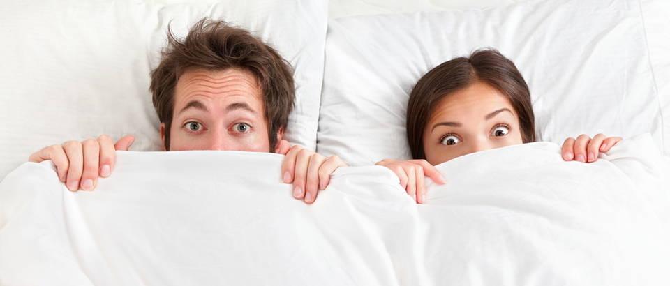 Par, krevet, u krevetu, bijele plahte i posteljina, Shutterstock 98479310