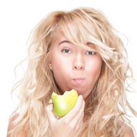 Djevojka žvakanje jabuka