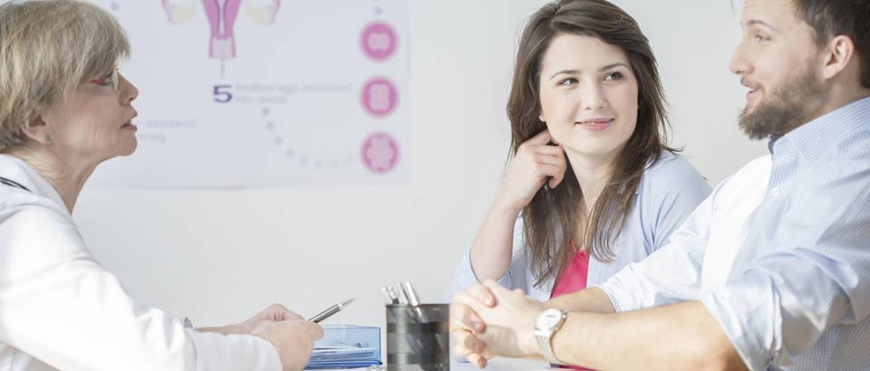 Doktor liječnik ginekolog umjetna oplodnja IVF shutterstock 265900118