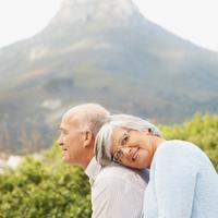 stariji par, planinarenje, starost