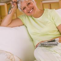 starija zena, naocale, novine, citanje