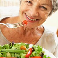 Zena jede, starija zena, zdrava hrana