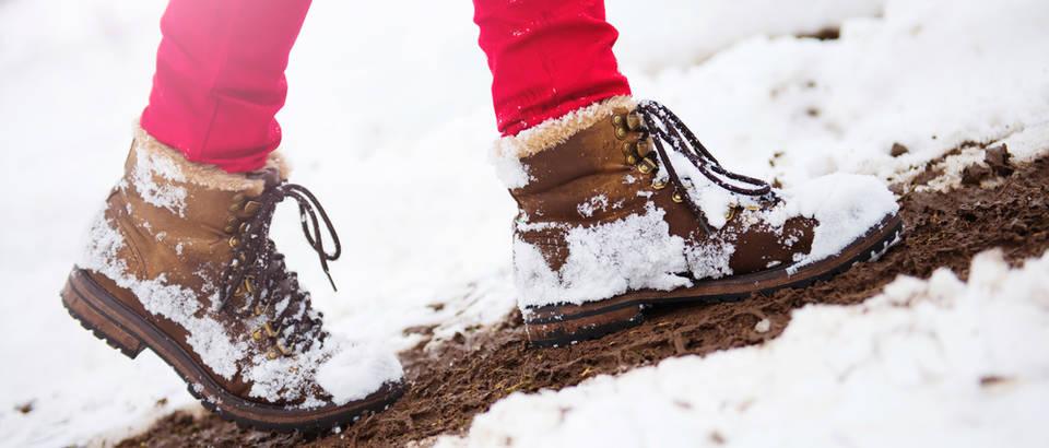 Zima snijeg cipele čizme hladnoća noge stopala hodanje shutterstock 253319242