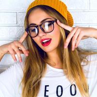 Naočale šminka ruž vid žena djevojka kapa glas pjevanje veselje radost lice prsti shutterstock 369505715