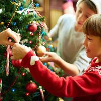 Božićno drvce djeca ukrašavanje božić blagdani shutterstock 115747834