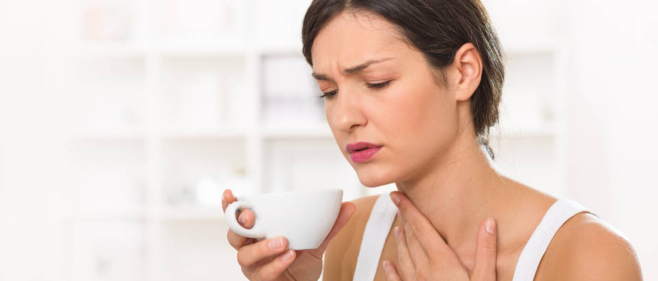 Grlobolja upala grla bolest grlo vrat čaj tekućina žena okus vruće kava čaj shutterstock 352590485