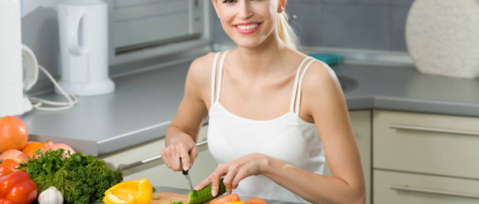 zena-povrce-jede-lijepa-hrana-zdrava-vegetarijanstvo5