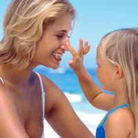 Sunce, zastita od sunca, krema, ljeto, more, plaza, mama i kci, krema za suncanje