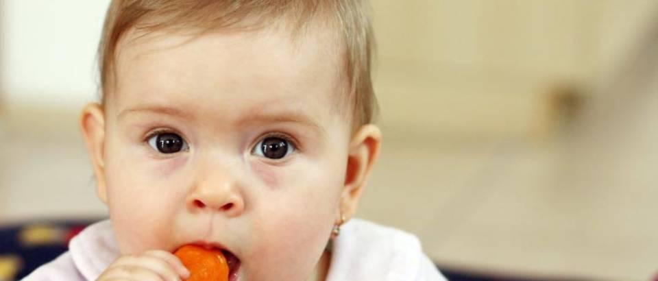 dijete jede mrkva