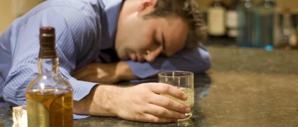 alkohol-alkoholizam-pijan-muskarac