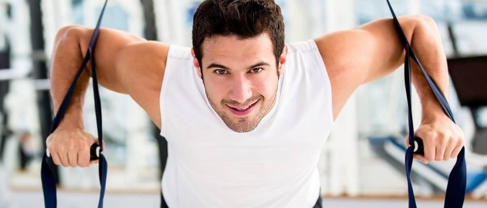 Vježbanje tjelovježba fitness muškarac teretana znojenje mišići shutterstock 109262426