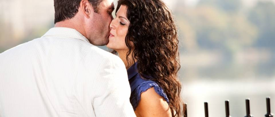 poljubac, par, zreli par