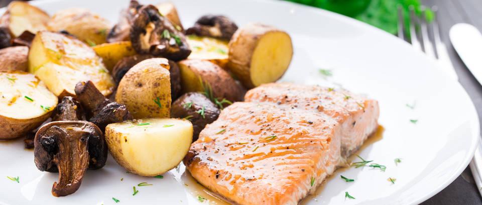 Gljive krumpir losos pečenje riba shutterstock 164493875